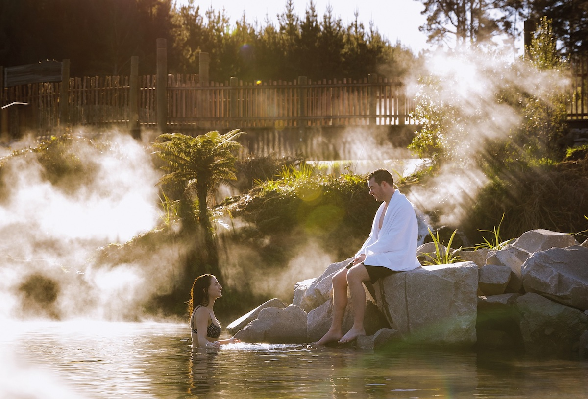 otumuheke-hot-stream-couple-bathing-waikato-river-taupo